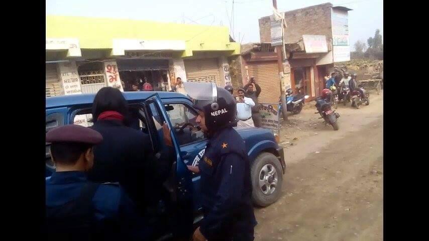 जनकपुर निवास पर  डाॅ. सि. के. राउत को गिरफ्तार करके गाडी में बैठते पुलिस