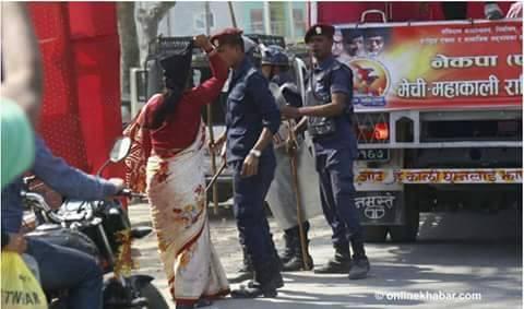 संघिय समाजवादि फोरम के पूर्व सभासद सविता कुमारी यादव ने सुन्सरी ईनरुवा में केपी ओली कि गाडीपर किया चप्पल प्रहार अपना दोनो पैर का चप्पल निकाल कर ओली पे फेका